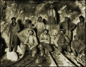 """Die Bedingungen unter denen Arbeiter heute Gold aus der südafrikanischen Erde zu Tage fördern sind wenig zuträglicher als für diese """"chinesischen, schwarzen und Weißen"""" Arbeiter vor etwa 100 Jahren. © Ralph Repo"""