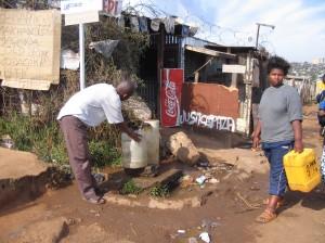 Die BewohnerInnen Sowethos, Südafrikas größtem Township, müssen mit dem möglicherweise bereits kontaminierten Wasser leben. Die Regierung verneint die Bedrohung oder verweist lediglich auf unausgereifte, für die Betroffenen inakzeptable Umsiedlungsvorschläge. © Sustainable Sanitation