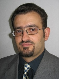 """Naseef Naeem ist gelernter Jurist und war für insgesamt fünf Jahre als Rechtsanwalt tätig. Der gebürtige Syrer assistierte an der rechtswissenschaftlichen Fakultät der Universität Damaskus, bevor er 2007 an der Leibniz Universität Hannover mit einer Arbeit zum Thema """"Die neue bundesstaatliche Ordnung des Irak: Eine rechtsvergleichende Untersuchung"""" dissertierte. 2009 begann Herr Naeem mit seiner Habilitationsarbeit, in der er sich vergleichend mit der Staatsorganisation in den """"arabischen Republiken"""" ausgehend von den neuen Erfahrungen in Irak und Sudan bis zum """"Arabischen Frühling"""" beschäftigt. Zudem arbeitet er seit zwei Jahren als wissenschaftlicher Mitarbeiter am Seminar für Arabistik und Islamwissenschaften der Universität Göttingen. In diesem Jahr ist Naeem erneut Mitherausgeber der Zeitschrift Jahrbuch für Verfassung, Recht und Staat im islamischen Kontext."""