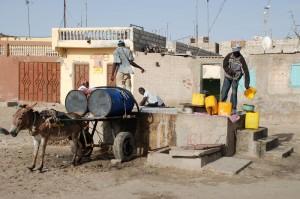 Auch in den großen Städten wie hier in Mauretaniens Hauptstadt Nouakchott ist die Wasserversorgung oftmals rudimentär. © Bertramz