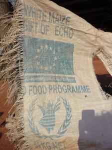 Maissäcke der UN erinnern an die Abhängigkeit Tansanias von internationalen Gebern - Copyright: eufrika.org