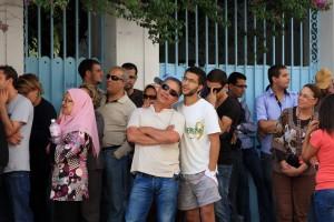 Die hohe Beteiligung von über 90 Prozent bei den Parlamentswahlen von Ende Oktober (hier vor einem Wahllokal in Tunis) kann nicht über den enormen Erwartungsdruck der Menschen in Tunesien hinwegtäuschen. Präsident Marzouki verkörpert jedoch für viele die Hoffnung auf Demokratie nach der Revolution - Copyright: Freedom House