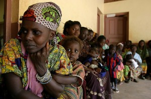 Waiting in front of the Bolemba health centre, Copyright: Pierre Holtz for UNICEF