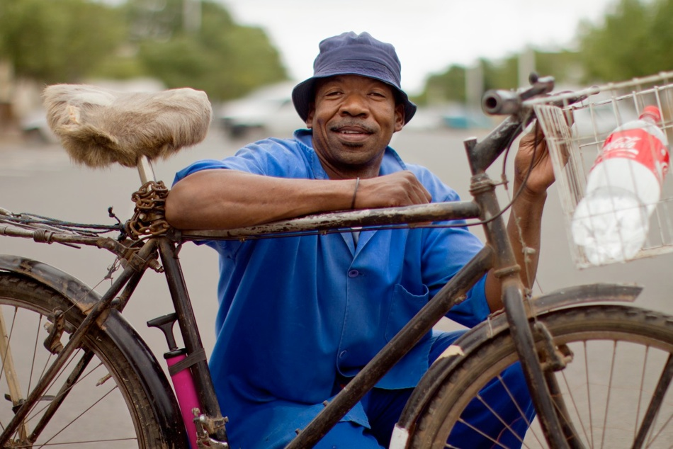 Bicycles are rare in South Africa. Now two cycling fanatics set themselves to convince their fellow citizens of the bike's values.  In doing so, a unique portrait of society has been created.