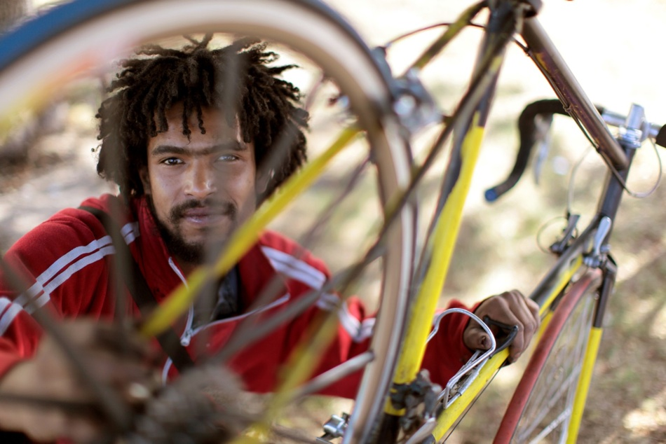 [gabriel_tango_9912] Fahrräder haben in Südafrika Seltenheitswert. Nun jedoch haben es sich zwei Radfanatiker zur Aufgabe gemacht, ihre Mitmenschen vom Wert des fahrbaren Untersatzes zu überzeugen. Dabei ist zunächst ein einzigartiges Gesellschaftsportrait entstanden.