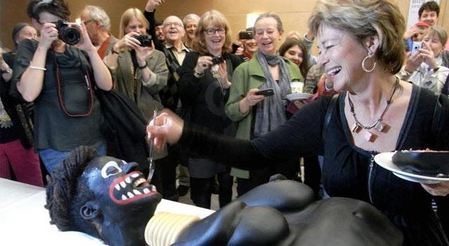 Einfach nur geschmacklos oder doch provokantes Zuschaustellen rassistischer Klischees? Eigentlich wollte die schwedische Kultusministerin Lena Adelsohn Liljeroth mit einer unkonventionellen Aktion auf Genitalverstümmlung bei afrikanischen Frauen aufmerksam machen. Öffentlichkeitswirksam war ihr kurzer Auftritt allemal. Nun jedoch hagelt es Rücktrittsforderungen, die Ministerin sieht sich mit dem Vorwurf unverhohlenen Rassismus konfrontiert.
