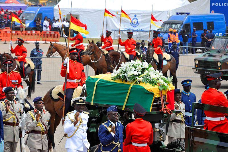 Militärische Ehren beim Staatsbegräbnis für Ghanas verstorbenen Präsidenten John Atta Mills. © Yaw Babini