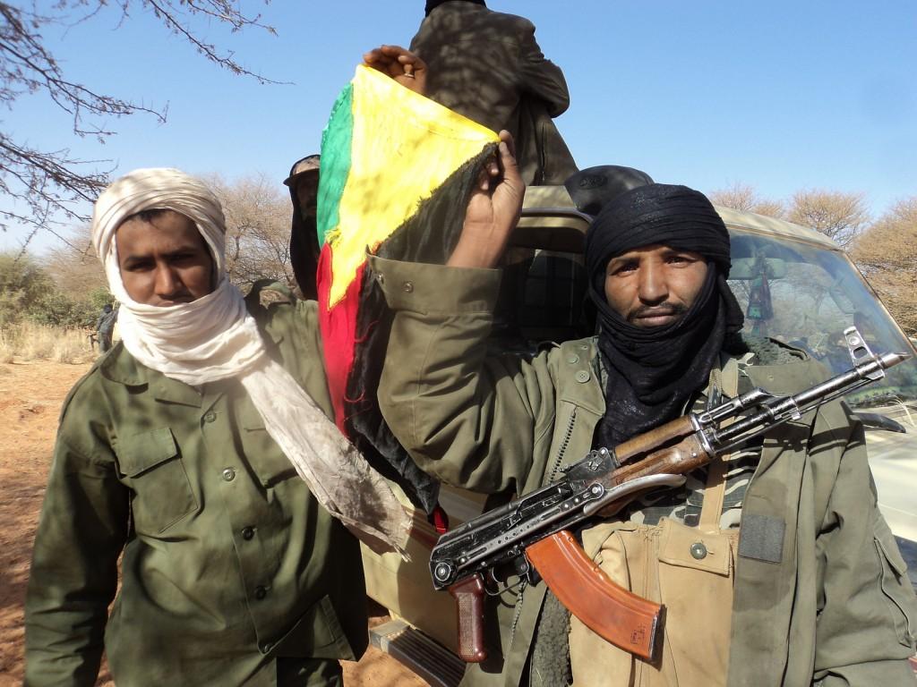 Rebellen der Tourag präsentieren die Flagge der von ihnen proklamierten Republik Azawad. Ihre Waffen sollen die Rebellen im Norden Malis sollen aus libyschen Beständen erhalten haben. © Magharebia