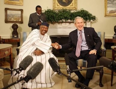 Former Malian president Amadou Touré was a welcome guest in the oval office where he met with his counterpart George W. Bush in 2008. © Eric Draper