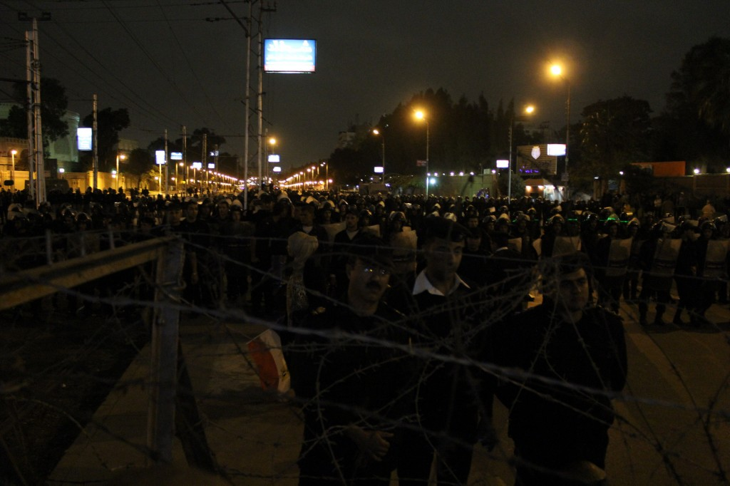The streets towards the Presidential Palace are blocked with barbed wire and hundrets of police officers. © Gigi Ibrahim