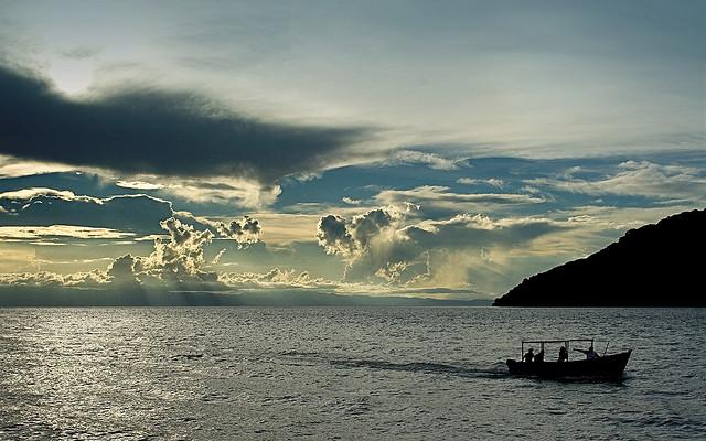 Der schöne Schein des Malawi-Sees kann trügerisch sein: Stürme stellen ein großes Risiko auf der Überfahrt dar. © Frank Douwes