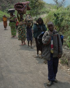 Internally displaced refugees fleeing their homes in the Masisi Hills of North Kivu during fightings in 2007. © Julien Harneis
