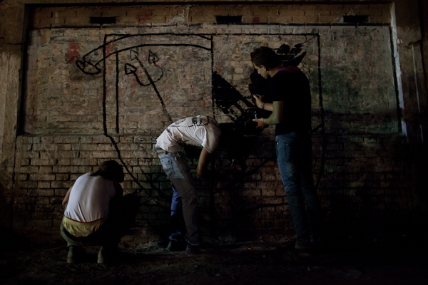 Ultras doing illegal wall paintings in Cairo's Matareya district © Ben Kilb