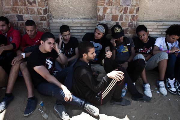 Ultras in front of the Police Academy in Cairo, listening to radio reports about the Port Said trial. © Ben Kilb