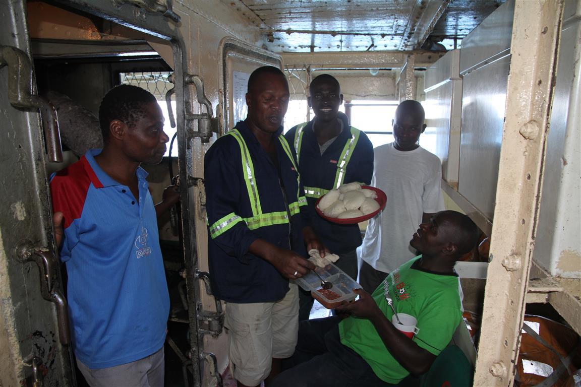 Boots-Crew beim Mittagessen; Die Ilala fährt seit 1951 und ist benannt nach einer Region in Sambia, wo der schottische Missionar David Livingstone einst begraben lag.