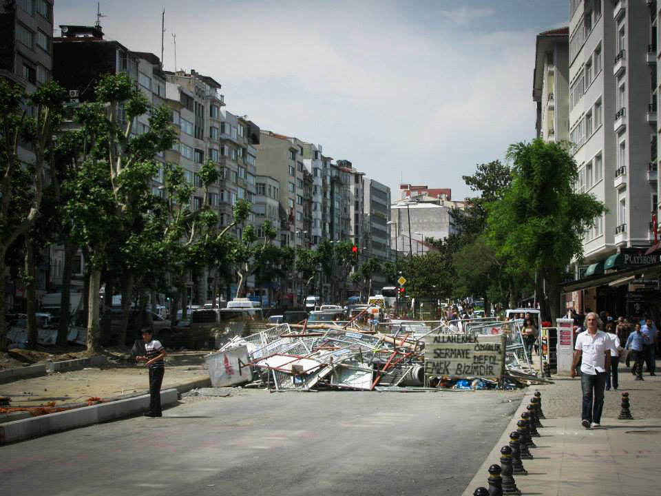 Barricade on the street from Harbiye to Taksim (© Almut Dieden)