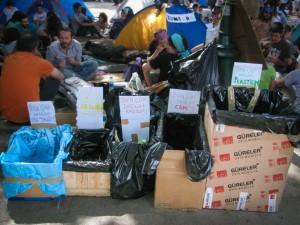 Mülltrennung im besetzten Gezi-Park (© Almut Dieden)