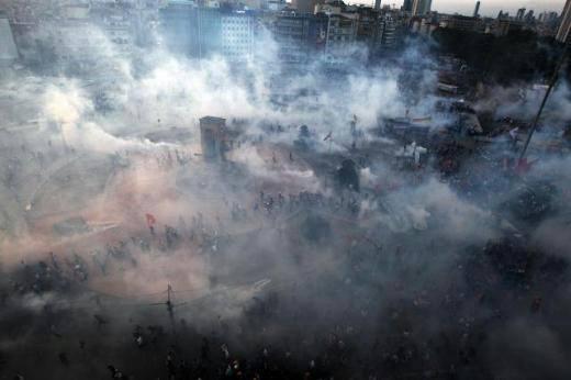 Der Taksim-Platz ist in den frühen Morgenstunden von dichten Tränengaswolken verhangen. © OccupyGezi