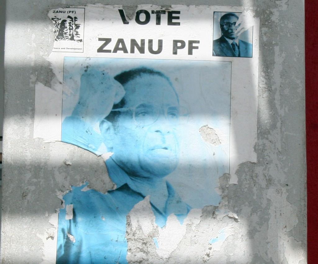 Dieses Wahlplakat in Harare zeigt den verblassenden Präsidenten. © Kevin Walsh
