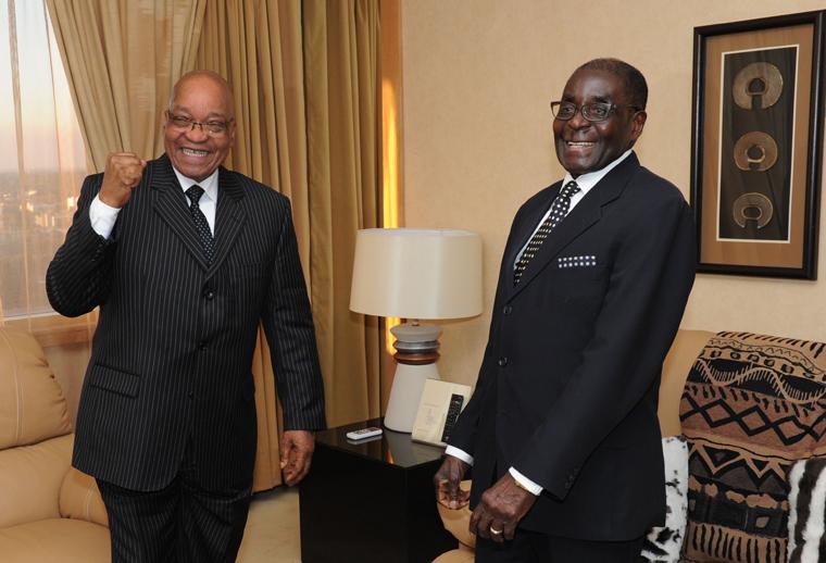 Bei seinem letzten Besuch in Simbabwe im Dezember 2012 gab sich Südafrikas Präsident Zuma (l.) noch bester Laune gegenüber Gastgeber Mugabe. © Government ZA