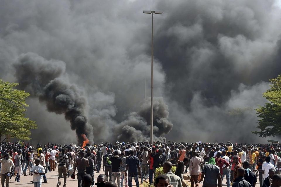 Im Oktober 2014 brannte das Parlament in Ouagaddougou im Zuge der Massenproteste, die zur Absetzung Compaorés führte,  ©  Day Donaldson