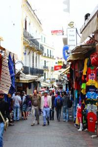In den Gassen der Medina in Tanger. Die einen shoppen, die anderen netzwerken.